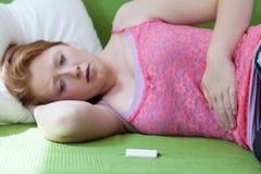 Resultado positivo de la prueba de embarazo Imagen de archivo libre de regalías