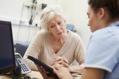Resultados de Showing Patient Test de la enfermera en la tableta de Digitaces fotos de archivo