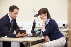 Resultados del doctor Showing Patient Test en la tableta de Digitaces Fotos de archivo