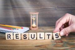 resultados Letras de madeira no fundo da mesa de escritório, o informativo e da comunicação Imagens de Stock Royalty Free
