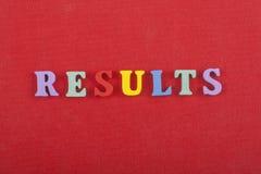 RESULTAT uttrycker på röd bakgrund som komponeras från träbokstäver för färgrikt abc-alfabetkvarter, kopieringsutrymme för annons Royaltyfri Bild