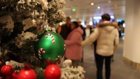 Resuma el fondo borroso de la alameda de compras con las decoraciones de la Navidad metrajes