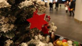 Resuma el fondo borroso de la alameda de compras con las decoraciones de la Navidad almacen de video