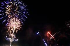 Resuma el fondo coloreado del fuego artificial con el espacio libre para el texto Concepto de la celebración y del aniversario stock de ilustración