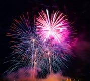 Resuma el fondo coloreado del fuego artificial usado por el Año Nuevo f de la capa Imagen de archivo