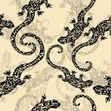 Resuma figuró los lagartos, modelo inconsútil, bosquejo del tatuaje, impresión Reptil negro en un fondo amarillo para el diseño d Imagen de archivo