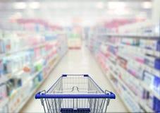 Resuma la foto borrosa del área cosmética en supermercado con el emp fotos de archivo libres de regalías