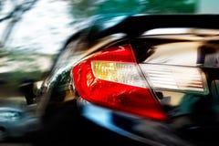 Resuma una conducción de automóviles a las velocidades en la ciudad de la calle, la suavidad y la falta de definición de movimien Fotos de archivo libres de regalías