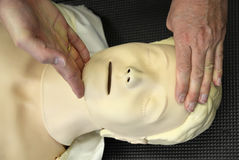 Resuscitationutbildning på dummy Arkivbild