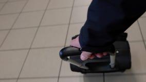 Resväska i en flygplats arkivfilmer