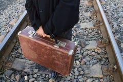Resväska i handen som reser arkivfoto
