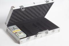 Resväska med hundra dollarräkningar royaltyfri bild