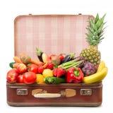 Resväska mycket av frukt och grönsaker royaltyfria bilder