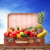 Resväska mycket av frukt och grönsaker arkivfoton