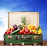 Resväska mycket av frukt och grönsaker royaltyfri fotografi