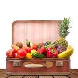 Resväska mycket av frukt och grönsaker arkivbilder