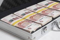 Resväska mycket av rubel arkivfoton