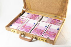 Resväska mycket av sedlar Arkivbild