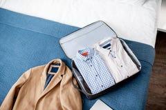 Resväska och bärbar dator för en affärstur royaltyfria bilder