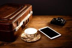 Resväska och gammal kamera Royaltyfria Bilder