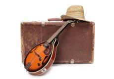 Resväska och gammal mandolin en Arkivbilder