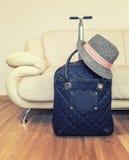 Resväska och hatt Arkivfoton
