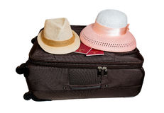 Resväska och hattar som isoleras på vit Royaltyfri Foto