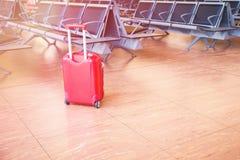 Resväska på det väntande området för flygplats royaltyfri fotografi