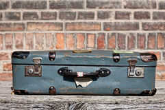 Resväska på drevstationen Royaltyfria Bilder