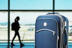 Resväska på flygplatsen arkivfoto