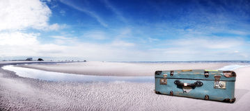Resväska på stranden Arkivbilder