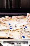 Resväska som fylls med euro Arkivfoton