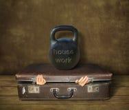 Resväska under hushållsarbete royaltyfria bilder