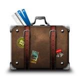 Resväskahandelsresande med klistermärkear och flygbiljetter Arkivbild