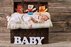 Resväskan med behandla som ett barn, wood bakgrund Fotografering för Bildbyråer