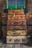 Resväskor för gammal stil som är klara för att ladda Arkivbild