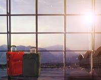 Resväskor i flygplatsavvikelse är slö, begreppet för sommarsemestern, handelsresanderesväskor i väntande område för flygplatsterm Arkivfoto