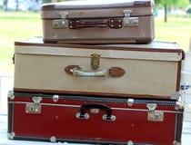 Resväskor i marknaden för tappning och retro material Arkivbilder