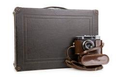 Resväskor med kameran på vit bcakground, feriebegrepp Royaltyfria Bilder