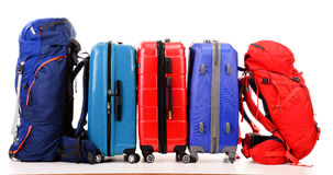 Resväskor och ryggsäckar på vit Arkivfoto