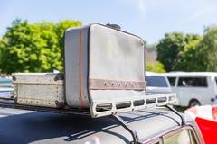Resväskor på bilöverkanten Arkivbilder