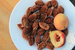Resztek brzoskwinie i brzoskwini nasiona na talerzu Obrazy Royalty Free