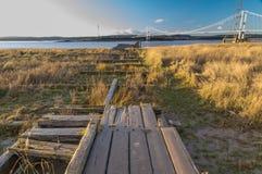 Resztki Aust promu molo z Severn mostem w odległości zdjęcia stock