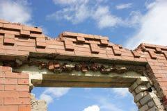 Resztki rujnujący budynek po, wypadek i katastrofa przeciw błękitnemu chmurnemu niebu, zdjęcie royalty free