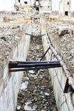 Resztki zniszczony przemysłowy budynek w postaci kłaść kopalni i tunelu depeszują obraz stock