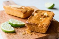 Retângulo Mini Lime Cakes na superfície de madeira fotografia de stock