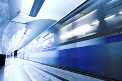 Retén azul del tren rápido en la plataforma foto de archivo