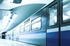 Retén azul del tren rápido en la plataforma imagenes de archivo