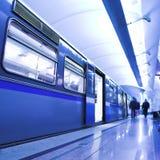 Retén azul del tren rápido en la plataforma Foto de archivo libre de regalías