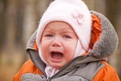 Retén de griterío del bebé en bosque Foto de archivo